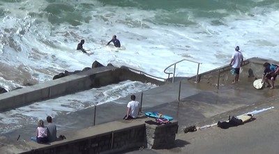 衝浪客回頭救夥伴,浪襲來..人不見了