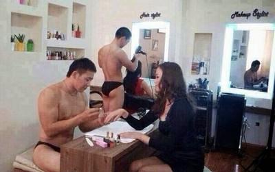 裸身男美髮店,屁屁從緊身褲露出來了