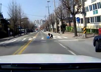 冒著被車撞危險,也不願讓你躺在那…