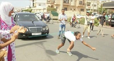 摩洛哥最強壯女孩,用頭髮拉1.5噸車