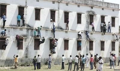 印度考場奇觀,孩子在考試家長在爬牆
